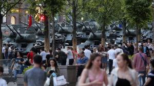 Rysa stridsvagnar omgivna av publik i Moskva under en repetition inför den stora militärparaden 2020.