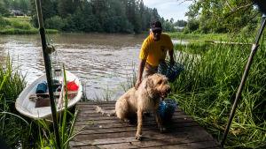 Mats Lönnfors med hunden Bamse på en liken brygga.