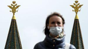 Kvinna med ansiktsskydd i Ryssland