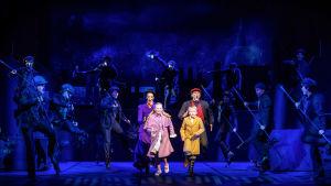 På bilden syns skådespelarna Josefin Silén, Anna Kettunen, Denny Lekström och Aron Nyman i Svenska Teaterns musikal Mary Poppins..