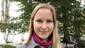 Ylen aluetoimituksen päällikkö Minna Salomäenpää.