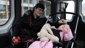 Maria och Varja på väg till Riksdagen