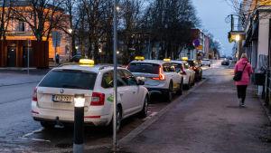 Taxibilar väntar på kunder.