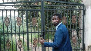 Bobi Wine uppger att hans hem ockuperats av soldater som inte släpper ut honom.