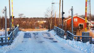 Snöig pontonbro.