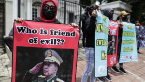 Aktivister i Indonesiens huvudstad Jakarta kräver att utländska bolag i Myanmar skär av banden till militärjuntan.