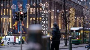 Stockmann i Helsingfors december 2020. På byggnaden och runtom syns julbelysning.