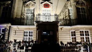 Myanmars ambassad i London upplyst och med vakter utanför dörren.