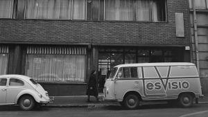 Insinööritalo Ratakatu 9 Helsinki vuonna 1964. Tesvision pakettiauto kadulla.