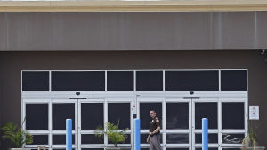 En säkerhetsvakt utanför ett köpcenter som omvandlats till ett flyktingförvar. tillfälligt häkte för migranter.