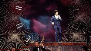 Cliff Richard esiintyy Euroviisuissa vuonna 1968.