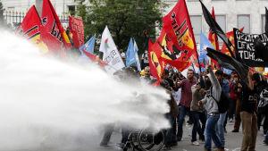 Polisen använde vattenkanoner mot demonstration mot gruvraset i Turkiet på onsdagen i Istanbul.