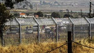 Flyende syrier, sedda från gränsen till Israel, 07.05.2013.