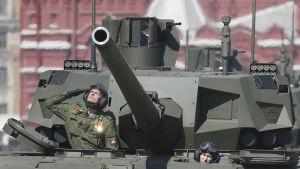 Rysslands nya stridsvagnar Armata T-14 visas upp inför segerdagen.