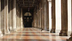 Kolonner längs Markusplatsen i Venedig