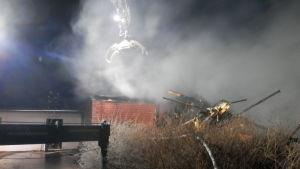 Röjningsarbete pågår efter en brand i ett radhus i Jakobstad