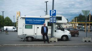 Kaj Turunen samlar anhängarkort till Blå framtid utanför en matbutik i Mäntyharju.
