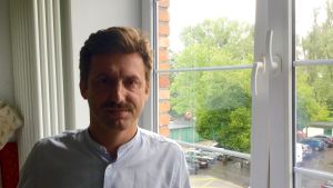 Journalisten Kamil Dabrowa i närbild