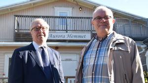 Sture Fjäder och Anders Laxell utanför Aurorahemmet.