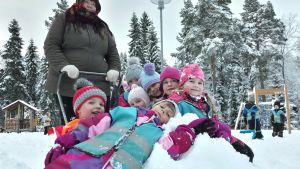 Barn vid daghemmet Paakarin päiväkoti i Gerby gladdes åt snön på torsdagsmorgonen.