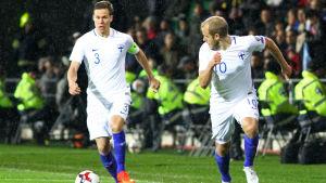 Niklas Moisander och Teemu Pukki i Finlands avslutande VM-kvalmatch mot Turkiet.