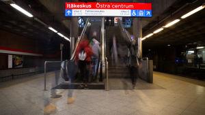 Metrolaiturin liukuportaat.