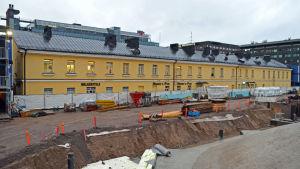 Byggarbetsplatsen vid Glaspalatset, i bakgrunden Åbo kasern, den gamla busstationen i Helsingfors.