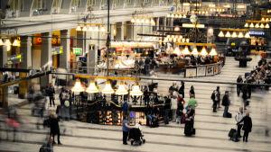 Resenärer i Stockholms centralstations stora vänthall.