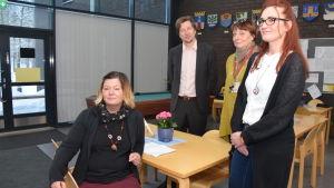 Annika Rehn, Matti Holi, Johanna Onnismaa och Leena Rehnberg-Laiho i Raseborgs mentalvårdscenters matsal.