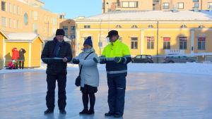 Stadsdirektör Kristina Stenman klipper bandet och inviger skridskobanan