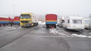Sirkus Finlandias cirkusartister bor i olika vagnar, en del är vanliga vita husvagnar, andra är cirkusens gamla röd-vit-gula vagnar.
