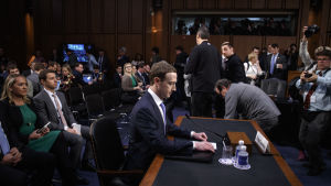 Mark Zuckerberg grillas av den amerikanska kongressen.