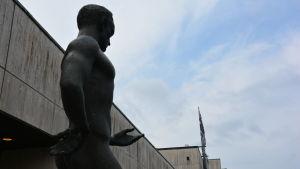 Närbild på staty på en man som sträcker ut handen, utanför Wäinö Aaltonens museum.