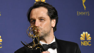 Matthew Rhys kysser sin Emmy-statyett.