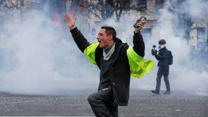 En demonstrant som glatt trotsade tårgasen på Champs-Élysées på lördagen.