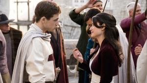 Rob och Marian tittar varann djupt i ögonen.