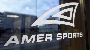 Ett skyltfönster med en logotyp och texten Amer Sports