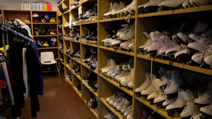 Över hundra par skridskor på hyllor inne i affären.