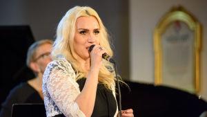 Den finska sångaren Jannike Sandström uppträdde med Vår vintervärld tillsammans med Niklas Rosström.