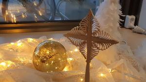 Julpynt på ett fönsterbräde.