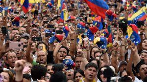 Anhängare till oppositionsledaren Guaidó lyssnade på hans tal i Caracas.