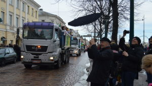 abiturienter på lastbilsflak