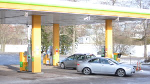 Två bilar på en bensinmack.