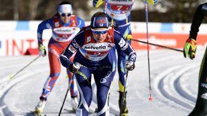 Anne Kyllönen skidar i VM-kvaltävlingen i lagsprint.
