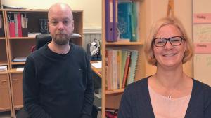 Två personer. En man med skägg utan hår och en glad kvinna med ljust hår och glasögon.