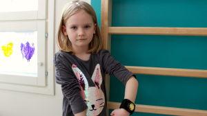 femåriga Edith Lahti visar upp sitt aktivitetsarmband