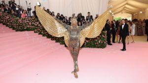Billy Porter utklädd till gyllene fågel på Met-galan.