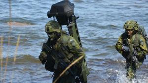 militär övning vid vatten