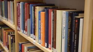 Böcker i en bokhylla.