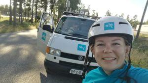 Malin Valtonen tar en selfie tillsammans med Yle Västnylands sändningsbil.